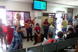 Orkiestra żegnała na na lotnisku